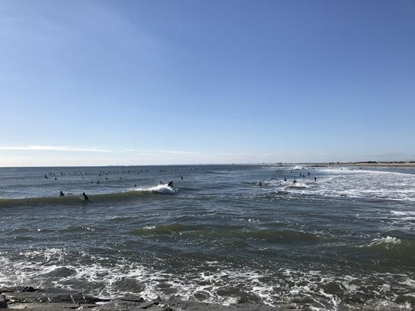片貝漁港、片貝堤防付近のサーファー