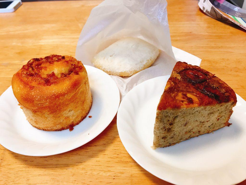 千葉県長生村の古民家カフェのfato.(ファト)の天然酵母パン。マラサダ、バナナケーキ、クルミとキャメルのロールケーキ